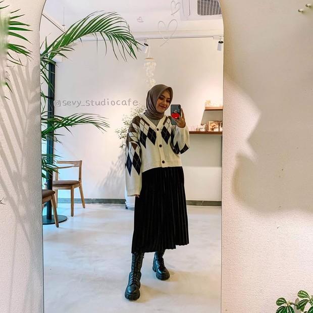 Bianca Kartika memakai sweater rajut dan rok plisket/instagram.com/biancakartika