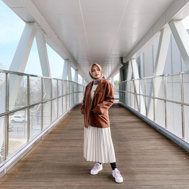 Bianca Kartika memakai coat dan rok plisket putih/instagram.com/biancakartika