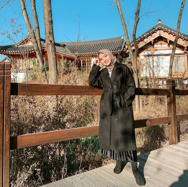 Bianca Kartika memakai long coat dan rok plisket/instagram.com/biancakartika