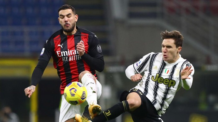 MILAN, ITALY - JANUARY 06:  Theo Hernandez of AC Milan competes for the ball with Federico Chiesa of Juventus FC during the Serie A match between AC Milan and Juventus at Stadio Giuseppe Meazza on January 6, 2021 in Milan, Italy.  (Photo by Marco Luzzani/Getty Images)