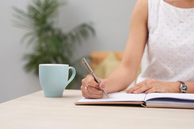 Menulis jurnal yang bisa menenangkan pikiran.
