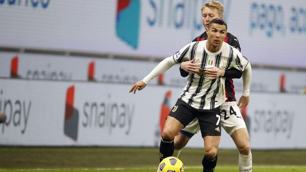 Juventus' Cristiano Ronaldo, front, duels for the ball with AC Milan's Simon Kjaer during the Serie A soccer match between AC Milan and Juventus at the San Siro stadium, in Milan, Italy, Wednesday, Jan. 6, 2021. (AP Photo/Antonio Calanni)