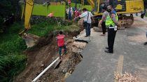 Potret Jalan Amblas Sedalam 6 Meter Bikin Lalin Medan-Dairi Dialihkan