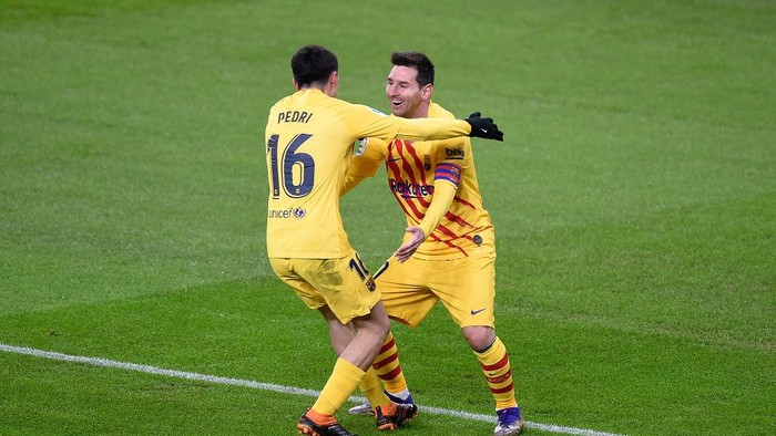 BILBAO, SPAIN - JANUARY 06: Lionel Messi of Barcelona celebrates with Pedri of Barcelona after he scores his teams second goal during the La Liga Santander match between Athletic Club and FC Barcelona at Estadio de San Mames on January 06, 2021 in Bilbao, Spain. Sporting stadiums around Spain remain under strict restrictions due to the Coronavirus Pandemic as Government social distancing laws prohibit fans inside venues resulting in games being played behind closed doors. (Photo by Juan Manuel Serrano Arce/Getty Images)