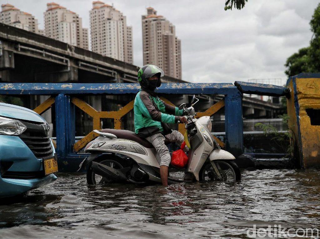 Sungai Meluap, Jalan Martadinata Ancol Terendam Usai Hujan