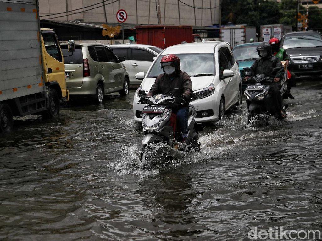 Banjir Jl RE Martadinata Ancol Dilawan dengan Karung Pasir