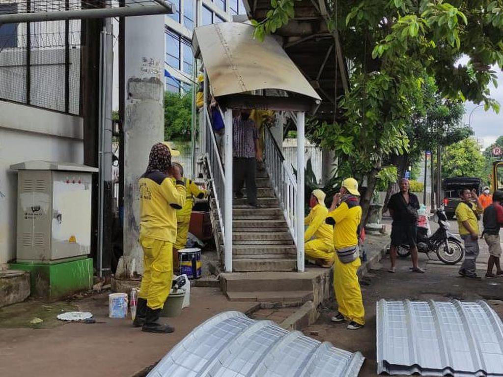 Pasukan Kuning Bina Marga DKI Sambangi JPO Matraman yang Rusak