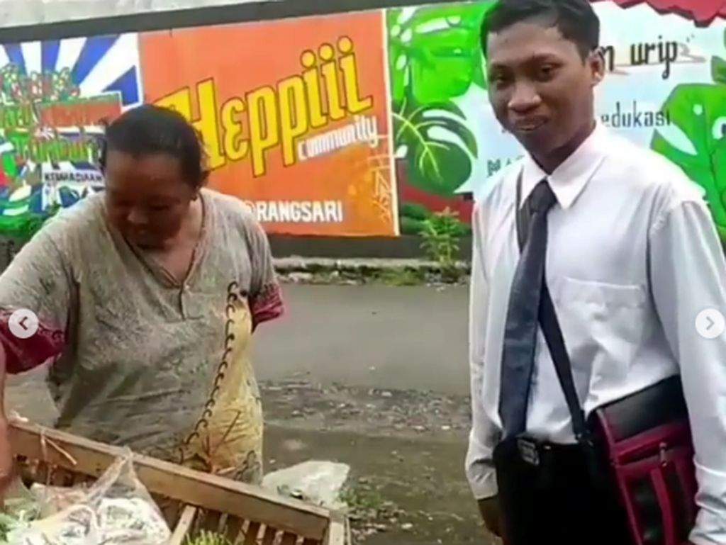 Penjual Sayur Ini Bergaya Necis Bak Orang Kantoran