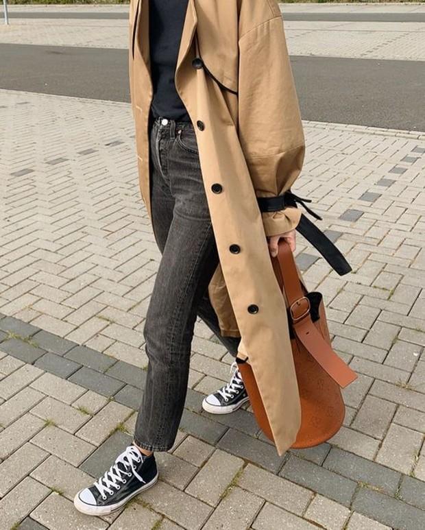 Dengan menggunakan trench coat, tampilan kemana pun tidak akan pernah salah.