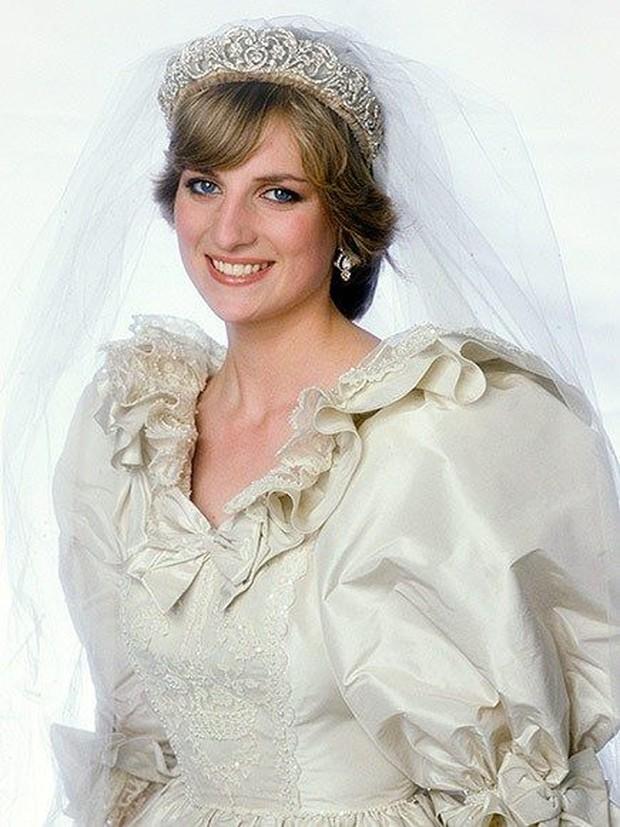 Terbuat dari berbagai macam perhiasan, namun dibagian tengah terdapat kado dari nenek Diana.