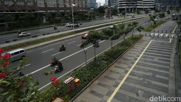 The sidewalks of Jalan Sudirman-Thamrin are currently being discussed in connection with the blusukan of Social Minister Tri Rismaharini who found homeless people.  Here's the sidewalk portrait.