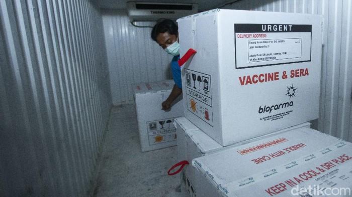 Vaksin COVID-19 tiba di Kantor Dinas Kesehatan DKI Jakarta, Kamis (7/1/2021). Sebanyak 39.200 dosis diterima hari ini.