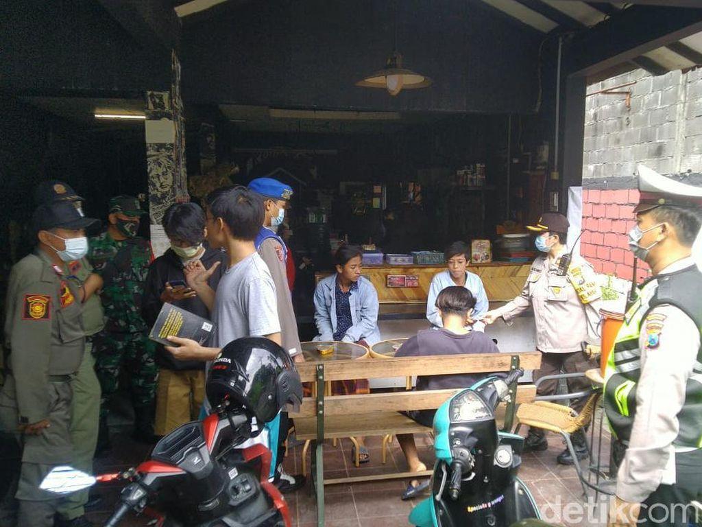 Warga Surabaya yang Nongkrong di Warkop Tanpa Masker Langsung Dites Swab