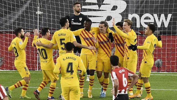 Barcelona's Pedri, center, celebrates with teammates after scoring during the Spanish La Liga soccer match between Athletic Bilbao and Barcelona at San Mames stadium in Bilbao, Spain, Wednesday, Jan. 6, 2021.(AP Photo/Alvaro Barrientos)