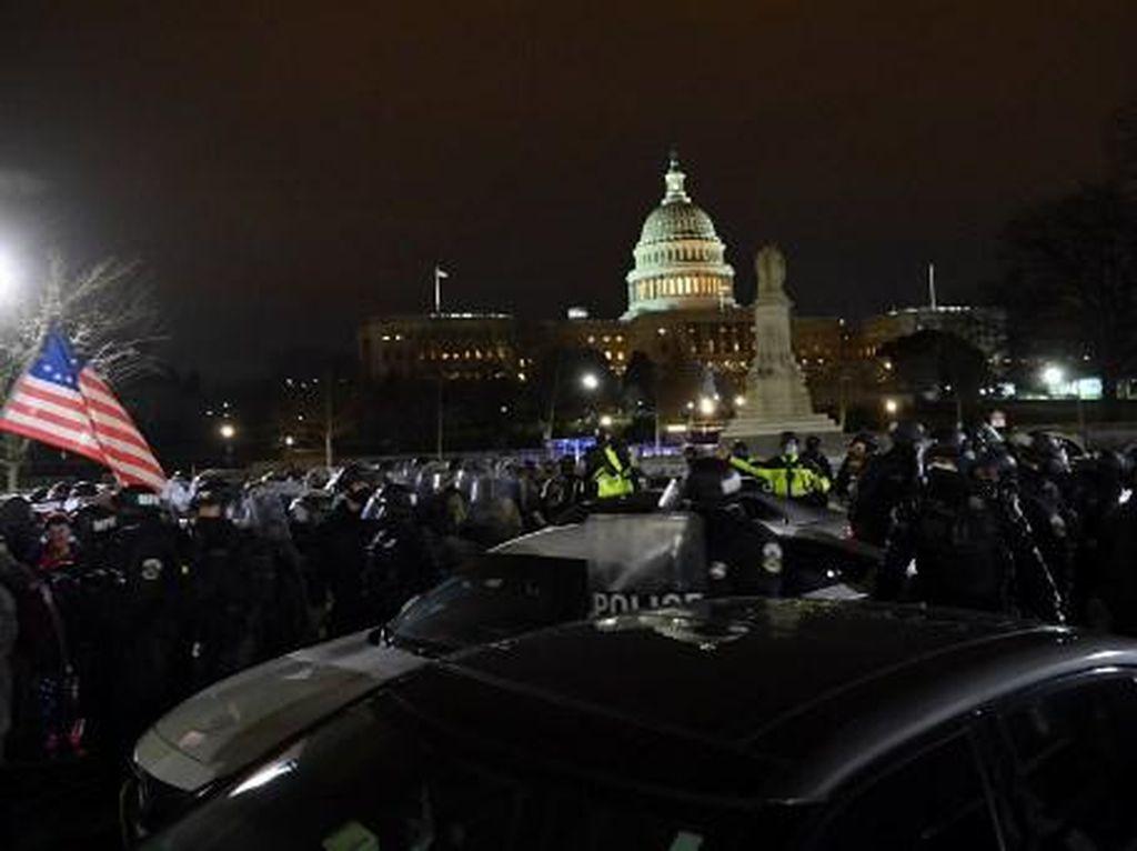 Jam Malam Aktif, Massa Trump Mulai Tinggalkan Gedung Capitol