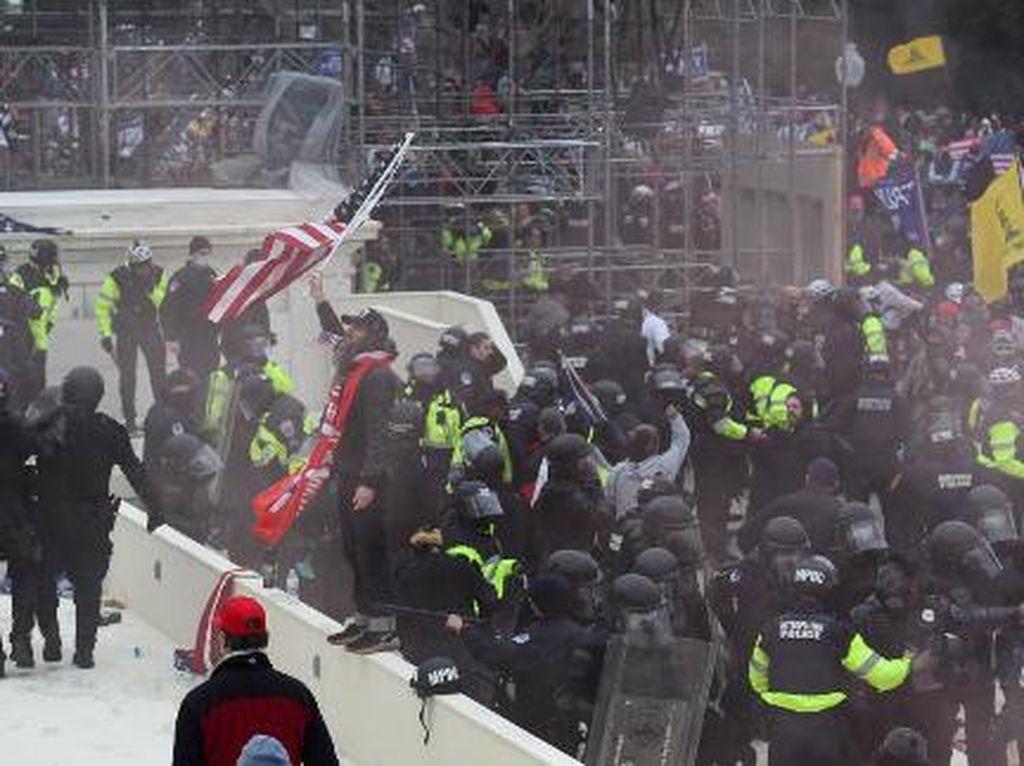 Detik-detik Jurnalis Jadi Sasaran Amukan Massa Trump di Capitol