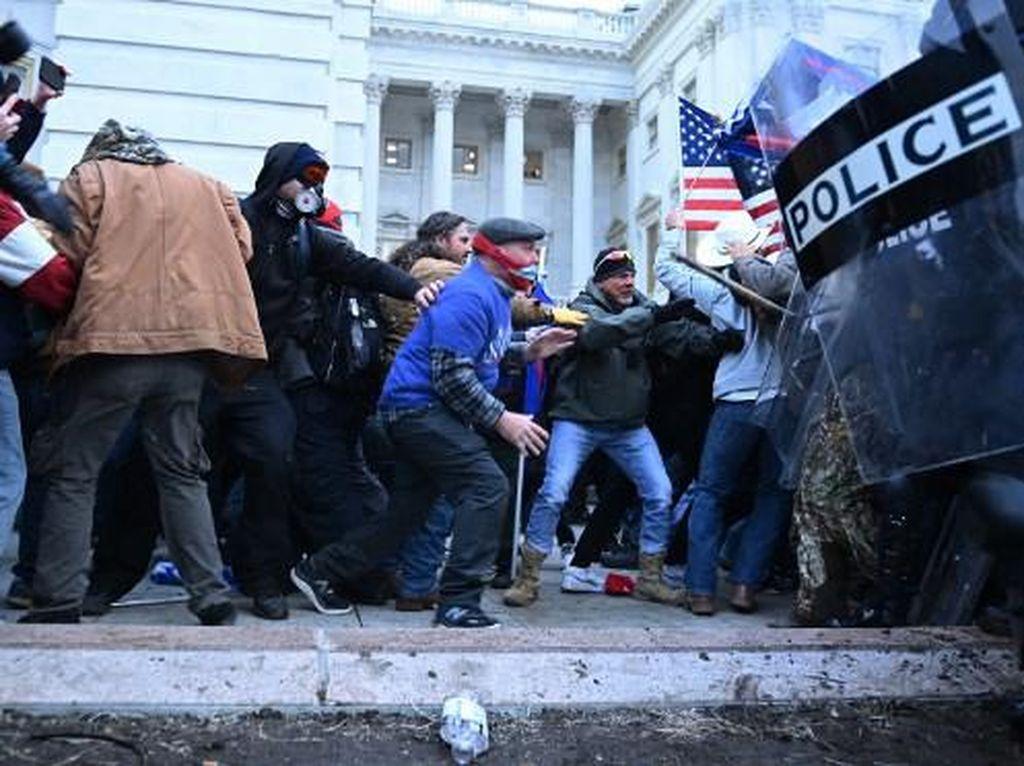 Mencekam! Bentrokan Massa Trump dengan Polisi AS