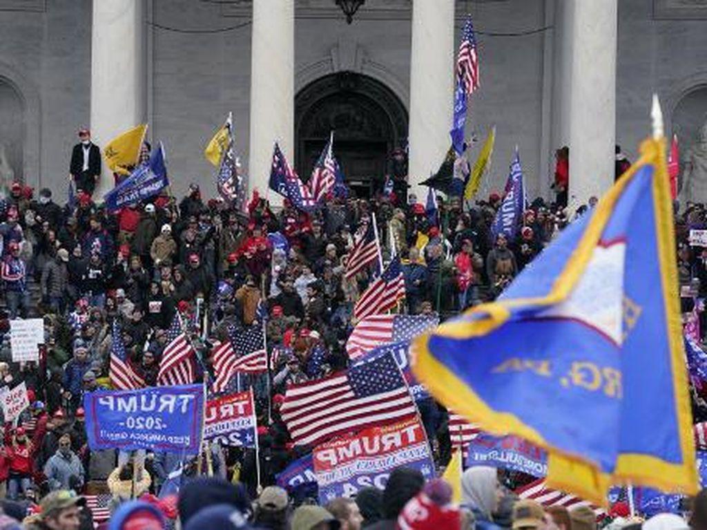 Trump Minta Massa yang Serbu Gedung Capitol AS Bubarkan Diri