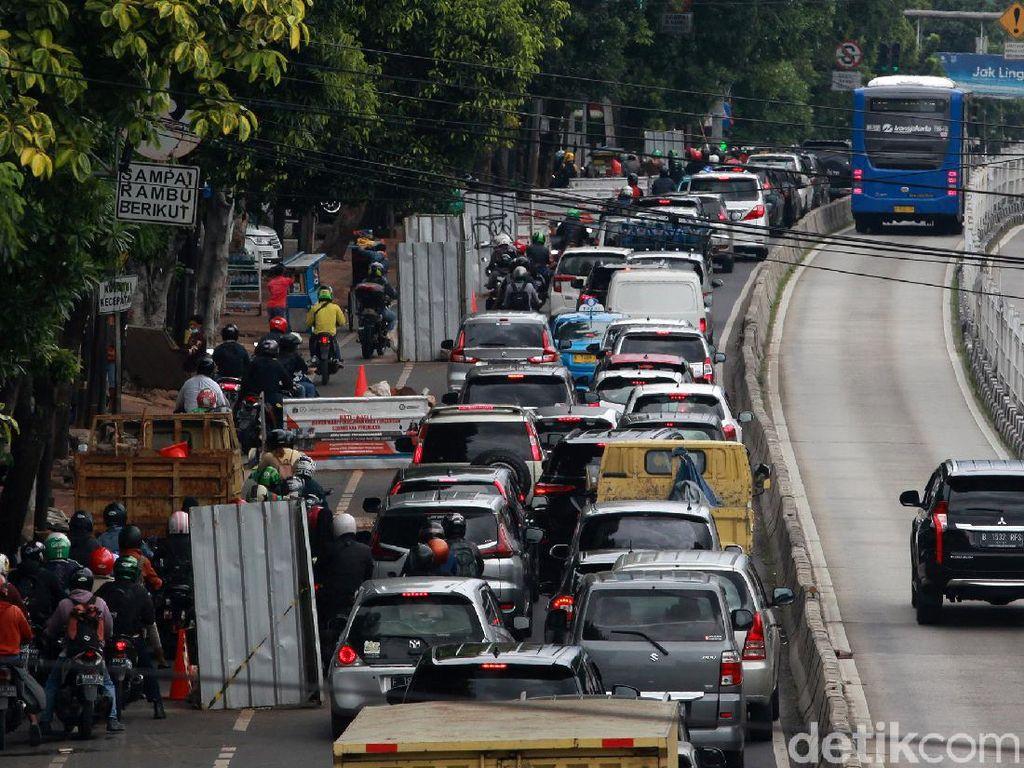 Lagi-lagi Digali, Jalanan Arah Mampang Jaksel Jadi Macet-Tak Elok