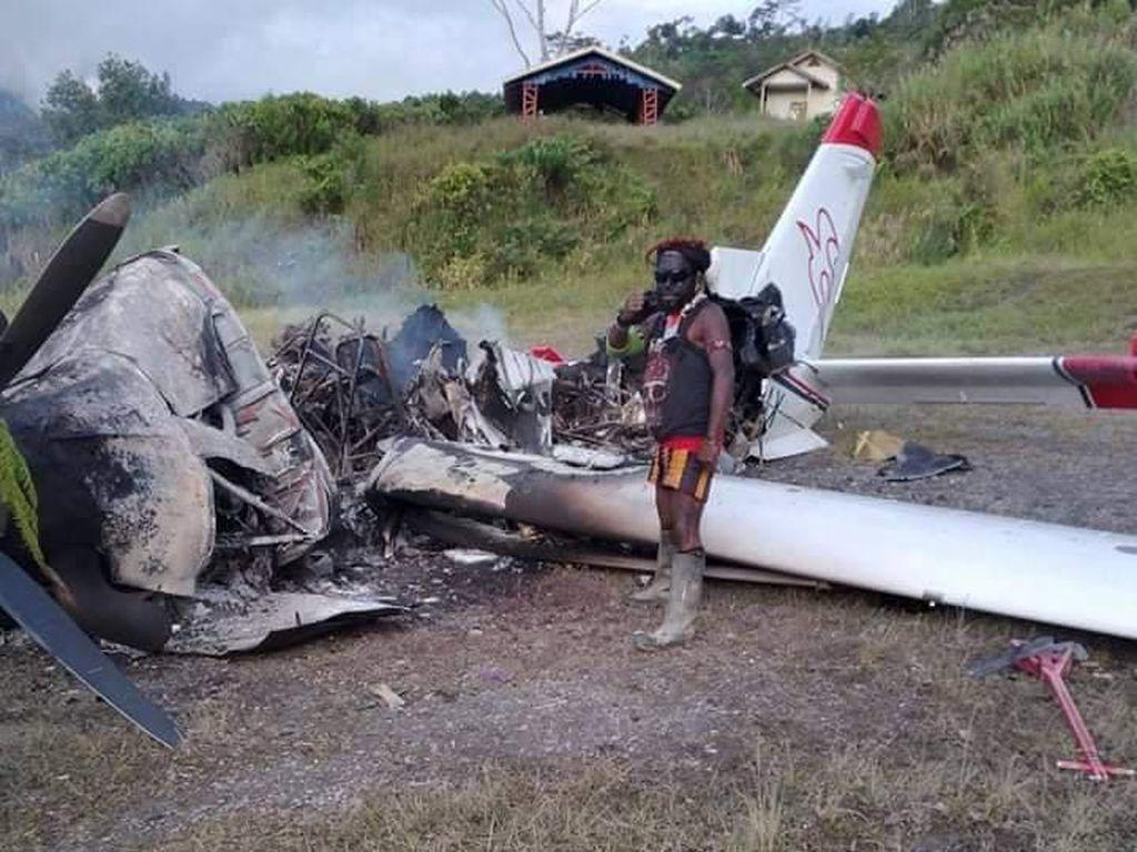 Momen Tegang Pesawat MAF Dibakar-Dikepung Massa Bersenpi Laras Panjang