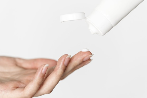 Benzoil Peroksida mampu melawan bakteri jerawat.