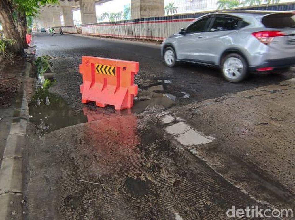 Jalan Rusak Seberang Metropolitan Mall Bekasi, Warga: Orang Jatuh Tiap Malam
