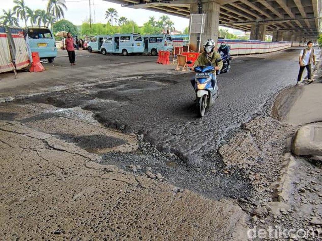Hati-hati Melintas! Jl KH Noer Ali Seberang Metropolitan Mal Bekasi Rusak