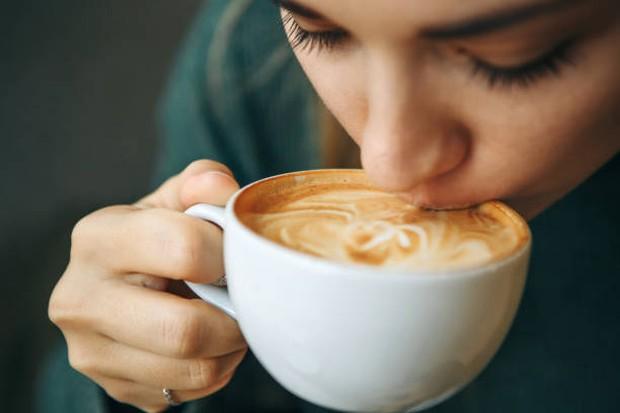 Kafein tidak hanya terdapat dalam kopi, tetapi juga teh dan cokelat / foto: istockphoto.com