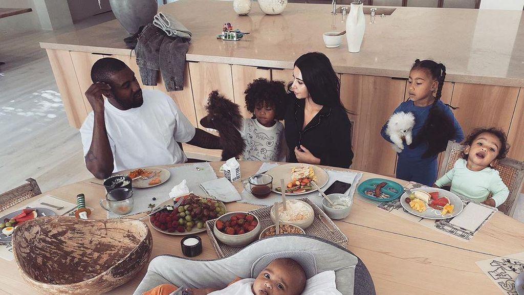 Gaya Kim Kardashian dan Kanye West Saat Makan Bersama Keluarga