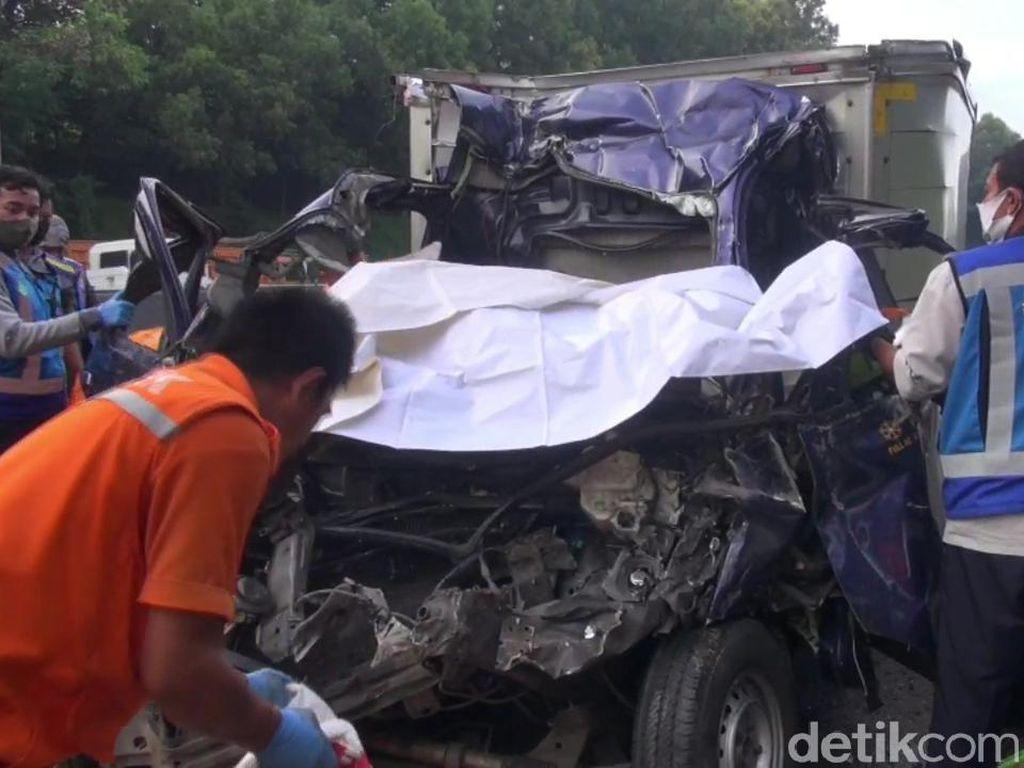 Mobil Pikap Tabrak Belakang Dump Truck di Cipularang, Satu Tewas
