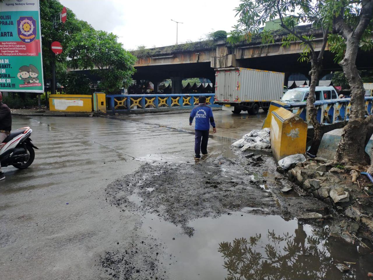 Penanganan Banjir di Jalan R.E Martadinata, di Ancol Jakarta Utara