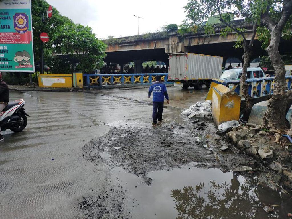 Atasi Banjir Jl Martadinata Ancol, Dinas SDA Tahan Air Pakai Karung Pasir