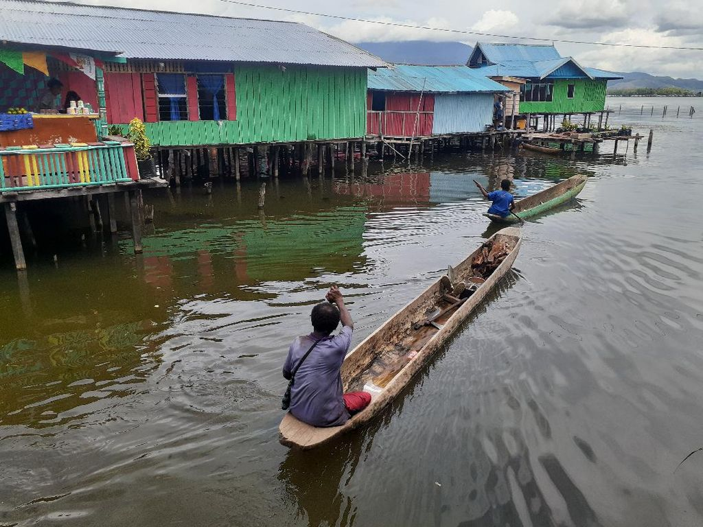 Cara Membedakan Perahu Laki-laki dan Perempuan di Danau Sentani