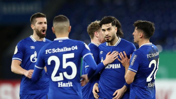 GELSENKIRCHEN, GERMANY - DECEMBER 22: Suat Serdar of FC Schalke 04 celebrates with Alessandro Schöpf and teammates after scoring their teams first goal  during the DFB Cup second round match between SSV Ulm 1846 Fussball and FC Schalke 04 at Veltins Arena on December 22, 2020 in Gelsenkirchen, Germany. Sporting stadiums around Germany remain under strict restrictions due to the Coronavirus Pandemic as Government social distancing laws prohibit fans inside venues resulting in games being played behind closed doors. (Photo by Christof Koepsel/Getty Images)