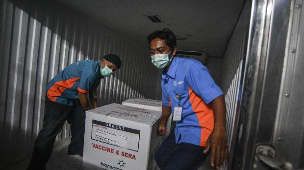 Petugas Bio Farma melakukan bongkar muat vaksin COVID-19 Sinovac setibanya di Dinas Kesehatan DKI Jakarta, Kamis (7/1/2021). Dinas Kesehatan DKI Jakarta pada tahap I telah menerima sebanyak 78.400 vaksin COVID-19 Sinovac yang diprioritaskan untuk tenaga kesehatan. ANTARA FOTO/Muhammad Adimaja/aww.