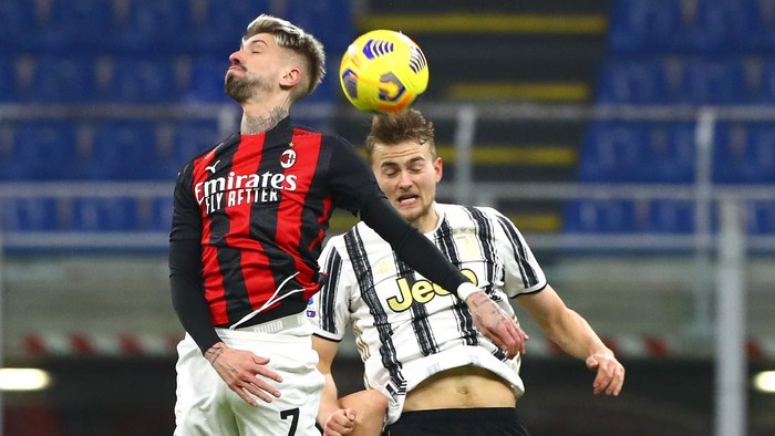 MILAN, ITALY - JANUARY 06: Samu Castillejo of A.C. Milan battles for possession with Matthijs de Ligt of Juventus F.C. during the Serie A match between AC Milan and Juventus at Stadio Giuseppe Meazza on January 06, 2021 in Milan, Italy. Sporting stadiums around Italy remain under strict restrictions due to the Coronavirus Pandemic as Government social distancing laws prohibit fans inside venues resulting in games being played behind closed doors. (Photo by Marco Luzzani/Getty Images)
