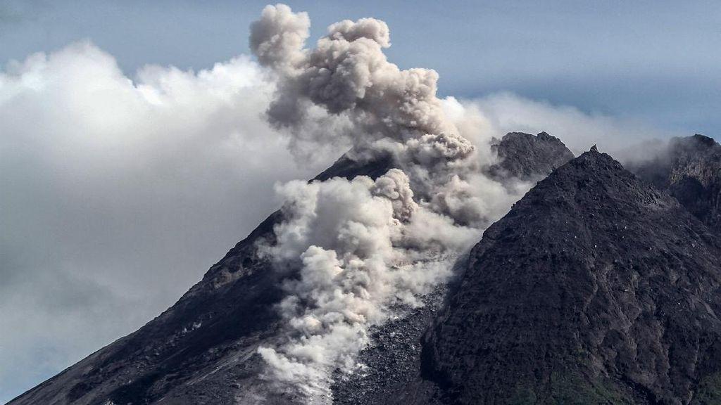 Gunung Merapi Muntahkan Awan Panas