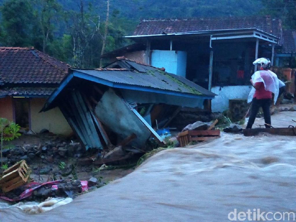 Banjir Bandang, Dua Rumah Warga Nyaris Ambruk dan Jalan Cianjur-Ciwidey Terendam