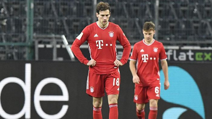 Bayerns Leon Goretzka, left, reacts during the German Bundesliga soccer match between Borussia Moenchengladbach and Bayern Munich at the Borussia Park in Moenchengladbach, Germany, Friday, Jan. 8, 2021. Borussia Moenchengladbach won the match 3-2.(AP Photo/Martin Meissner, Pool)