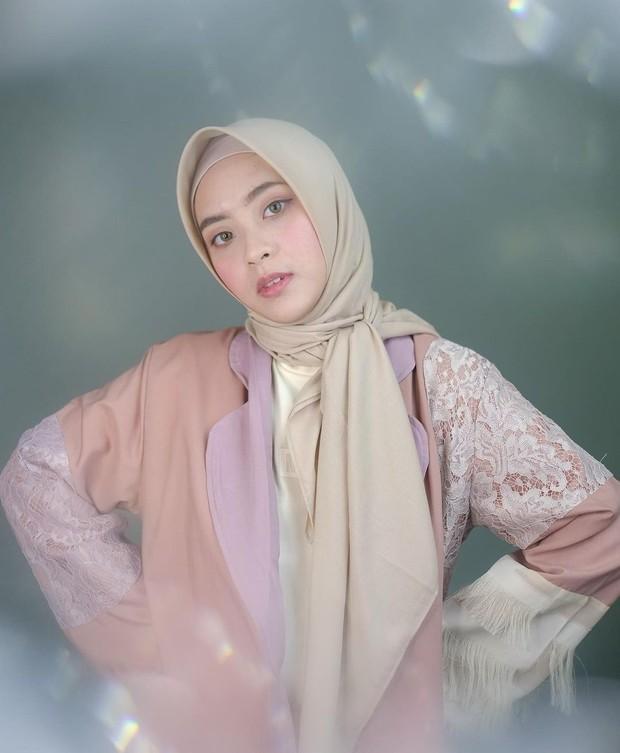 Bianca Kartika bergaya hijab disimpul samping/instagram.com/biancakartika
