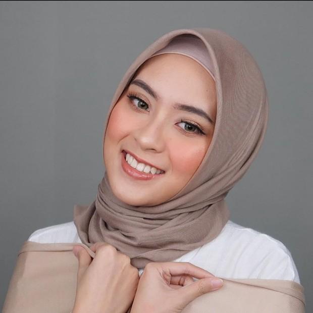 Bianca Kartika bergaya hijab lilit simpel/instagram.com/biancakartika