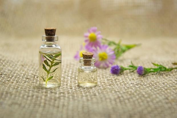 Aromaterapi menggunakan minyak esensial yang wangi untuk meningkatkan kesehatan dan kesejahteraan.