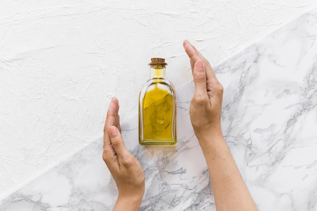 Minyak zaitun digunakan untuk perawatan kulit, karena memiliki sifat antioksidan dan anti-inflamasi.