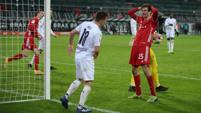 MOENCHENGLADBACH, GERMANY - JANUARY 08: Thomas Muller of Bayern Munich reacts to a missed chance during the Bundesliga match between Borussia Moenchengladbach and FC Bayern Muenchen at Borussia-Park on January 08, 2021 in Moenchengladbach, Germany. Sporting stadiums around Germany remain under strict restrictions due to the Coronavirus Pandemic as Government social distancing laws prohibit fans inside venues resulting in games being played behind closed doors. (Photo by Lars Baron/Getty Images)