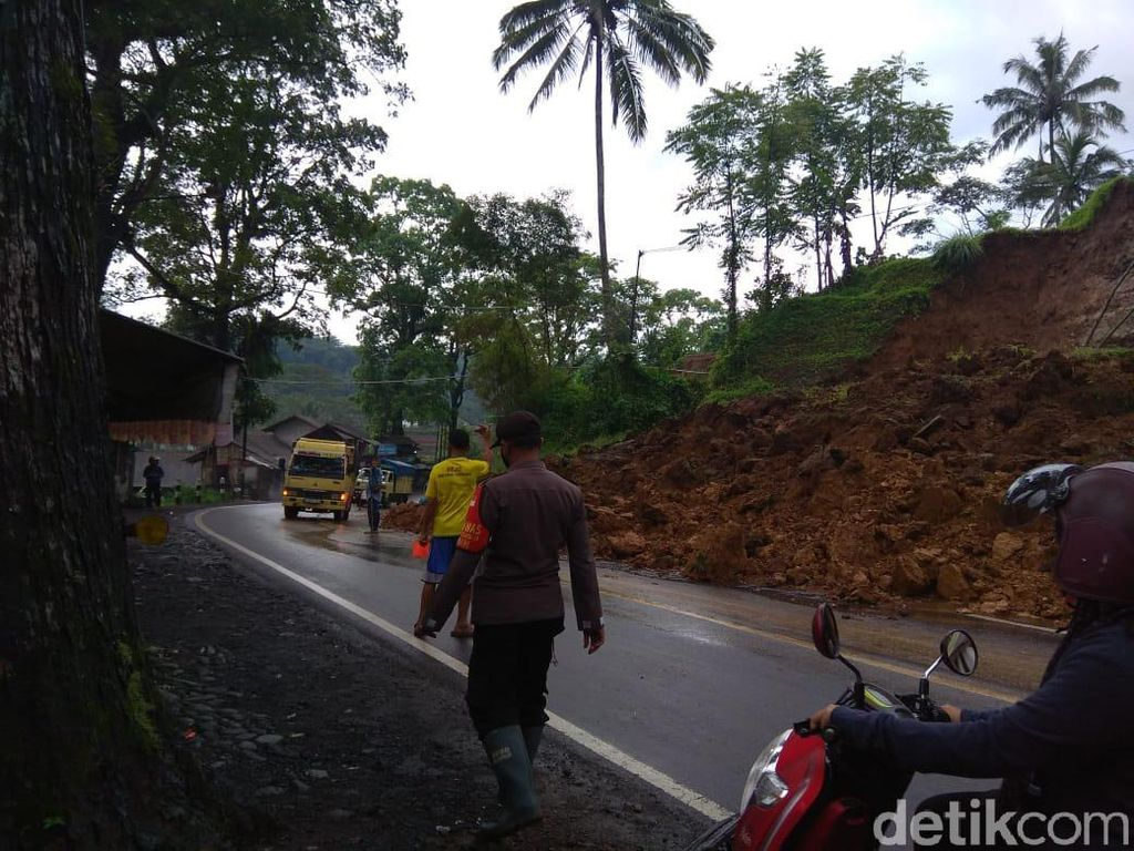 Longsor Tutup Setengah Badan Jalan Garut-Tasikmalaya