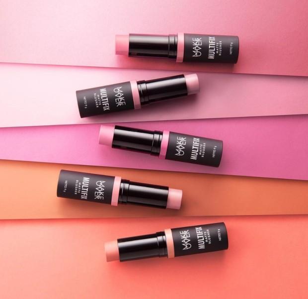 Stick blush ini mudah diblend dan mudah digunakan.