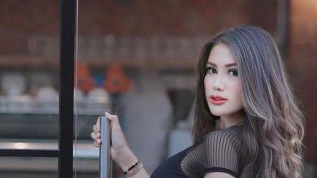 Pose Menggoda Melda Rosita, Viral karena Video Bajunya Melorot