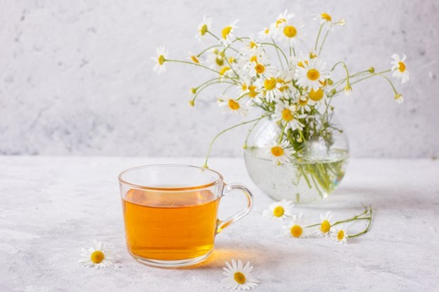 Secangkir teh kamomil merupakan obat rumahan yang umum untuk menenangkan saraf yang tegang dan membantu tidur.