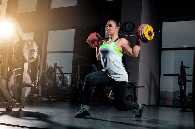 wanita olahraga angkat beban
