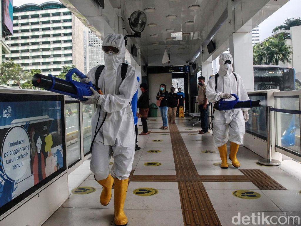 Penyemprotan Disinfektan di Halte Busway